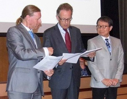 PNND Global Coordinator Alyn Ware presenting the Japanese and Korean parliamentary statements to UN Director-General Michael Moller and UN Ambassador for Japan Toshio Sano